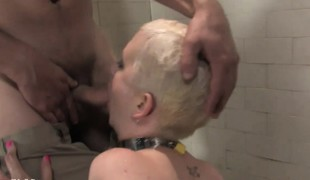 Misbehaving blonde Vixen Reddish Ravelled sits in a corner be advantageous to a blowjob with an increment of piss cocktail