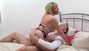 Chunky young Hawkshaw drills her wet mature pussy